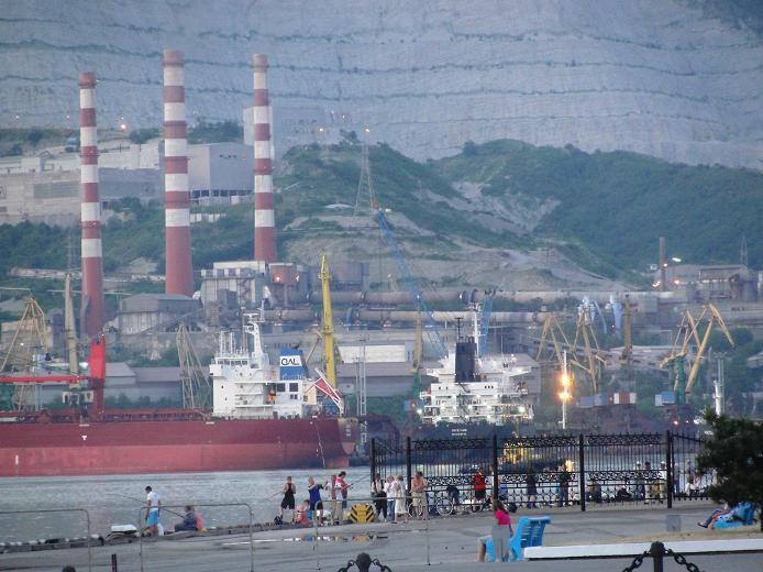 Рыбаки в порту Новороссийска